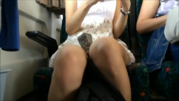 【パンチラ隠し撮り動画】電車で合席になったギャルのスカート内!荷物を仕舞うときにお目当ての布切れを激写ww
